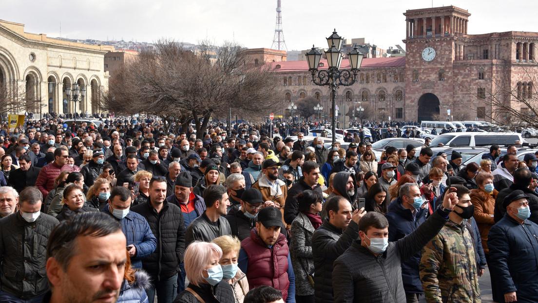 El Estado Mayor de Armenia pide la renuncia del primer ministro Nikol Pashinián y este lo califica de intento de golpe militar