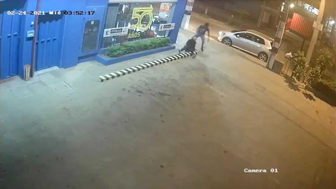 Un hombre ataca brutalmente a su expareja en la calle en Paraguay dejándola inconsciente y con la cabeza fracturada