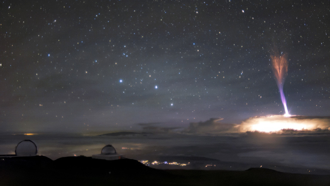 Captan una impresionante imagen de dos raros fenómenos de descargas eléctricas en el cielo de Hawái
