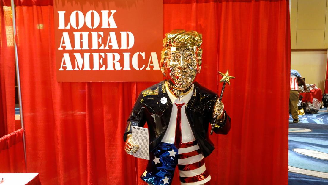 La estatua dorada de Trump vistiendo pantalones cortos fue hecha en México