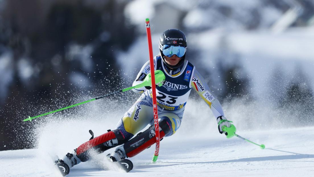 Una esquiadora se fractura una pierna y grita de dolor tras una violenta caída durante un descenso a alta velocidad (VIDEO)