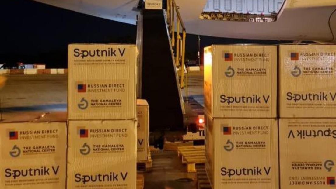 Aterriza en Argentina uno de los dos nuevos vuelos que transportarán al país más dosis de la vacuna rusa Sputnik V