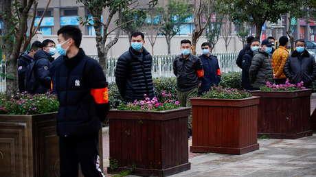 """Experto del equipo de la OMS en Wuhan opina que varias teorías sobre los orígenes del coronavirus """"son irracionales"""""""