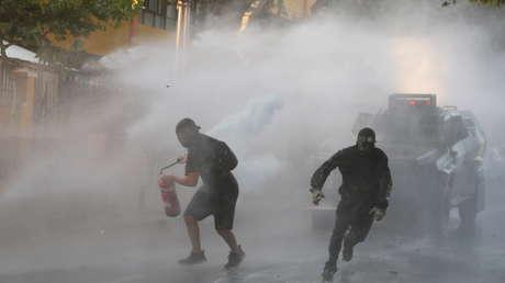 Protestas en Chile contra la medida de libertad condicional otorgada al policía acusado de asesinar al artista callejero Francisco Martínez