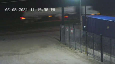 """""""¡Ayuda!"""": Una llamada al 911 alerta a las autoridades de EE.UU. que unos 80 migrantes estaban hacinados en un camión cisterna"""