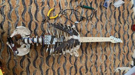 Un roquero convierte el esqueleto de su difunto tío en una guitarra eléctrica para tocar 'heavy metal'