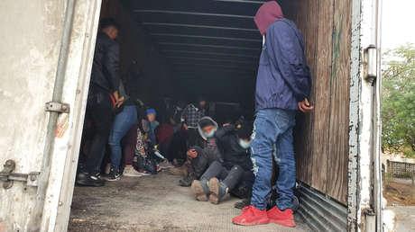 Detienen en México a 349 migrantes centroamericanos abandonados en camiones que pretendían llegar a EE.UU.