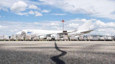 FOTOS: Partes del motor de un Boeing 747 caen del cielo, dejando heridos y perforando el techo de un coche