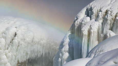 VIDEO: La ola de frío y un arcoíris adornan de forma única y espectacular las cataratas del Niágara