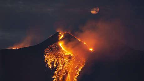 """La última erupción del volcán Etna resulta """"mucho más poderosa"""" que las anteriores y sorprende a los propios vulcanólogos (FOTOS, VIDEO)"""