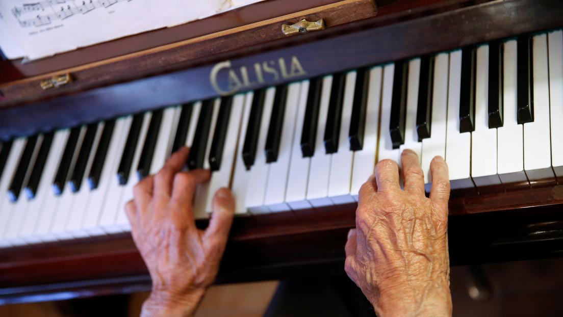 VIDEO: Un anciano con la cabeza y el rostro cubiertos de tatuajes sorprende tocando un piano con gran habilidad y sin partituras