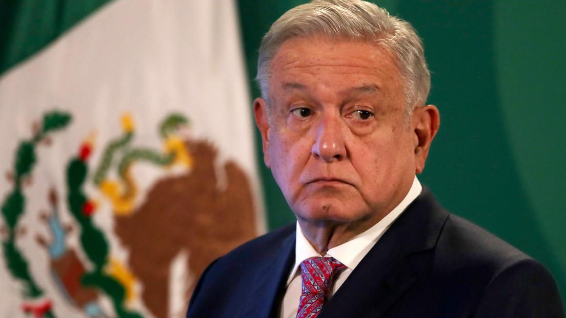VIDEO: Un grupo de pasajeros insulta a López Obrador en un avión comercial