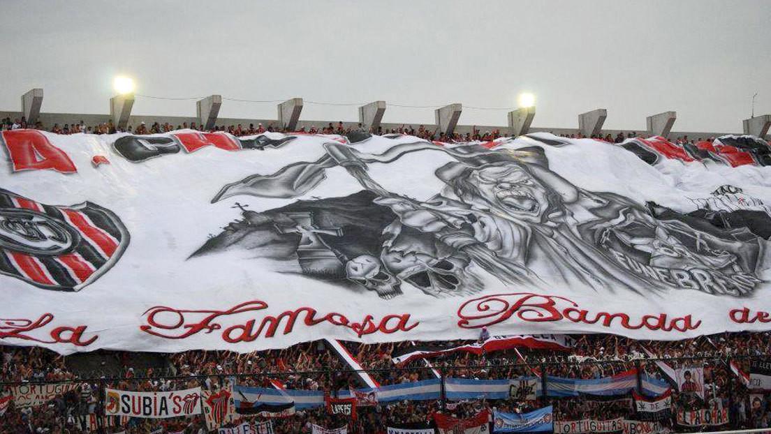 El argentino detrás de los inmensos telones de fútbol que despliegan los hinchas en los estadios (y que exportó su arte a otros países del mundo)