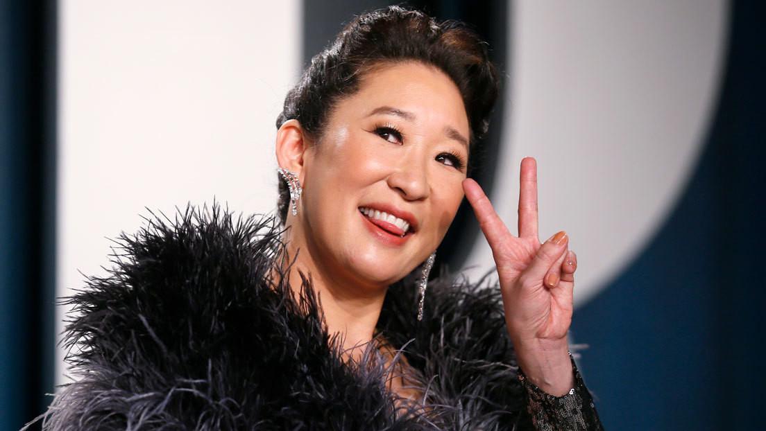 La fotobomba de un dinosaurio a espaldas de Sandra Oh durante los Globos de Oro hace reír a la Red