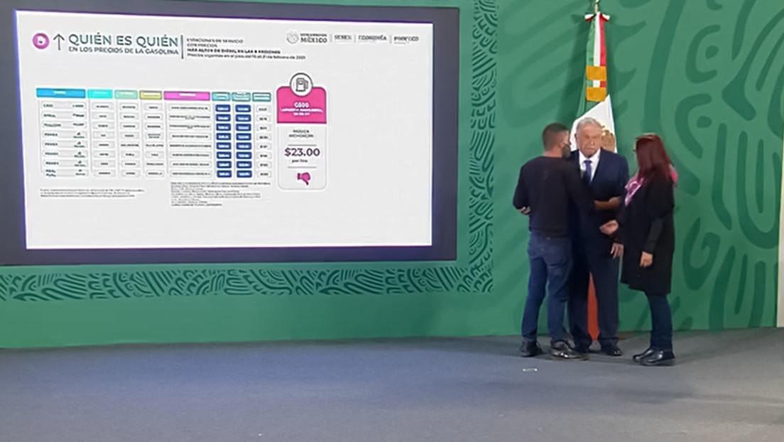 VIDEOS: Un joven burla la seguridad de Palacio Nacional e irrumpe en la conferencia matutina para hablar con López Obrador