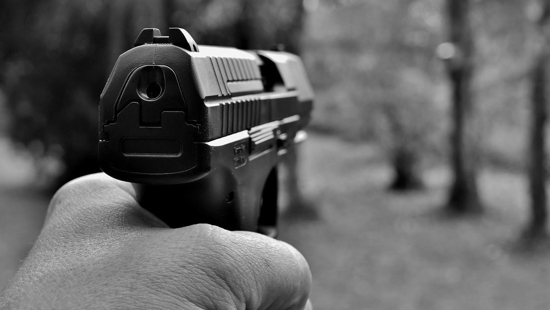 """Un hombre mata """"sin querer"""" de un disparo a su sobrino que grababa en su móvil una reunión (VIDEO)"""