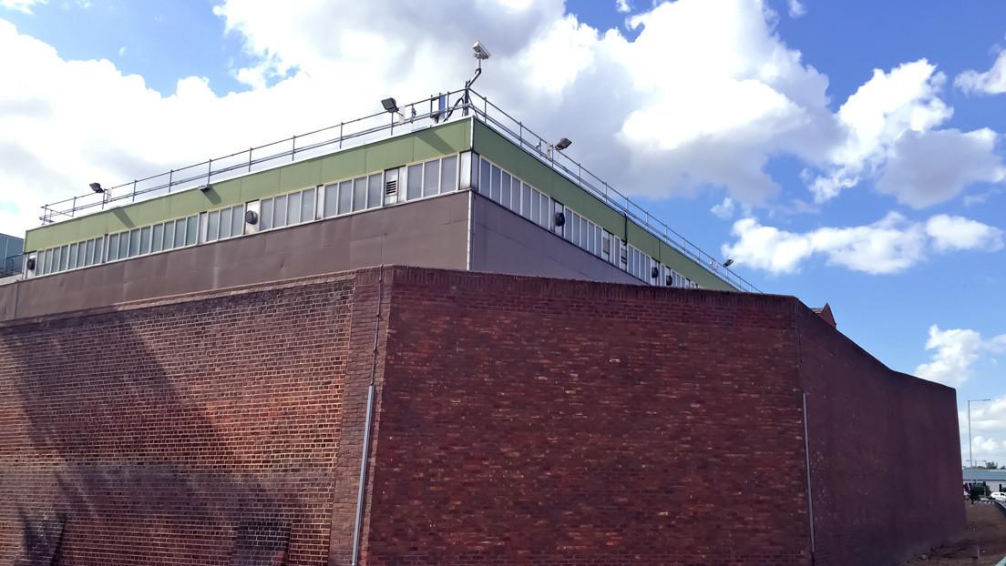 Aparece un posible trabajo de Banksy en el muro de la prisión donde estuvo encarcelado Oscar Wilde (FOTO)