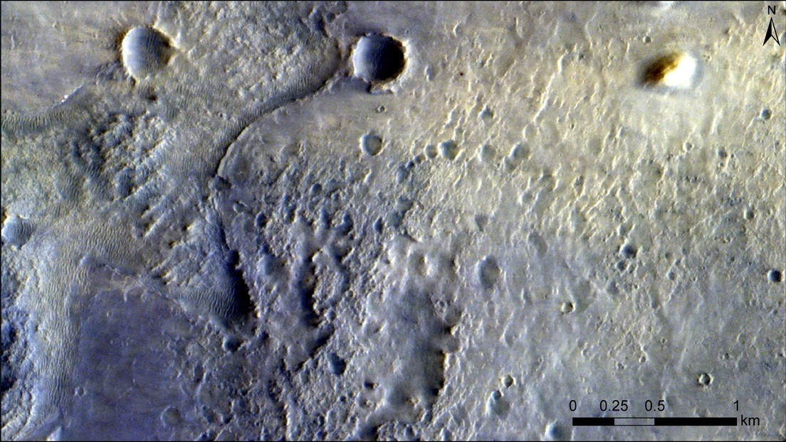 Captan desde la órbita de Marte al róver Perseverance y los restos que dejó a su llegada (FOTOS)