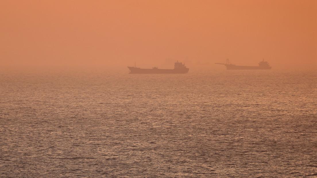 FOTO: Un buque parece flotar en el aire, al mezclarse el color del cielo y el mar