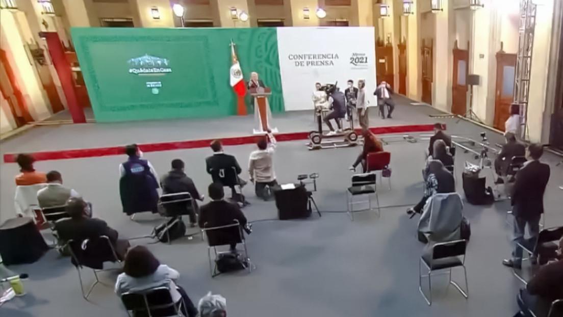 VIDEO: Un reportero pide la palabra de rodillas durante la conferencia matutina de López Obrador