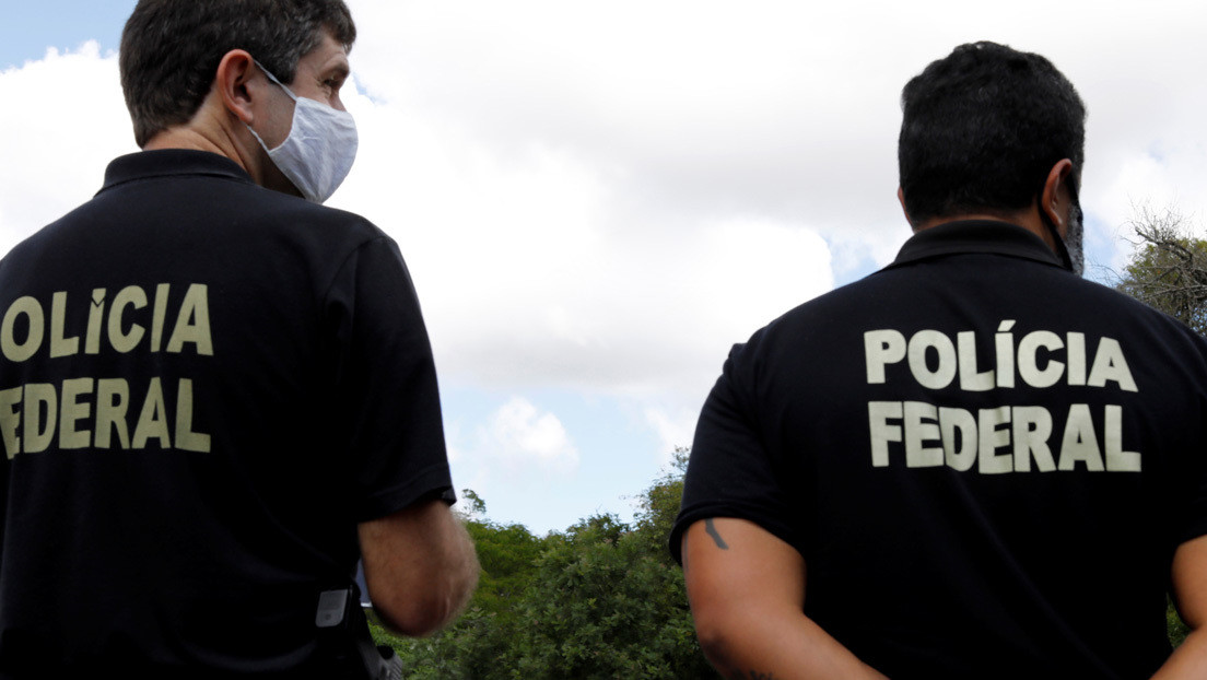 """""""Él está ahí afuera"""": Una mujer víctima de violencia machista pide ayuda con una nota a un empleado de un banco en Brasil"""