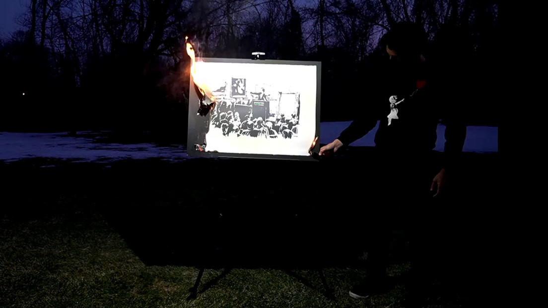 VIDEO: Queman en vivo una obra de Banksy valorada en 95.000 dólares para convertirla en ciberarte