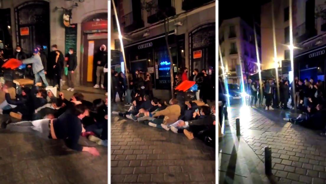 """""""Qué vergüenza de ciudad"""": juegos en el centro de Madrid, sin distancia social, pasado el toque de queda y con las marcarillas bajadas (VIDEO)"""