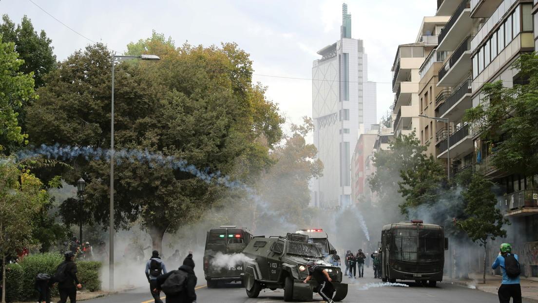 Carabineros de Chile reprimen una nueva protesta contra el Gobierno de Piñera en Santiago