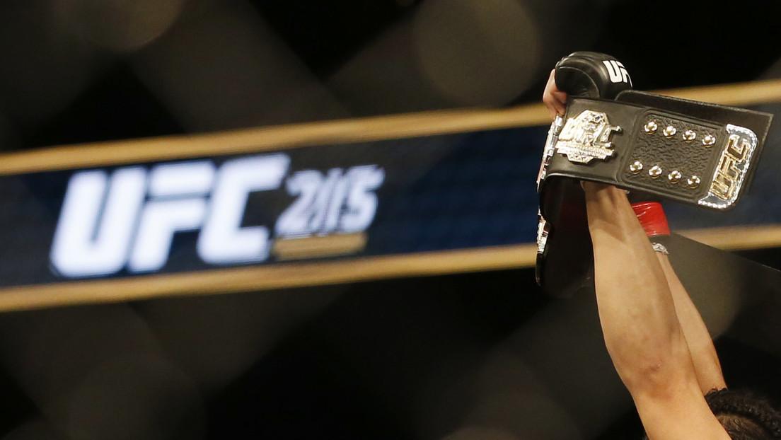 Un luchador de MMA le propina a su rival un rodillazo ilegal en la cara y pierde el cinturón de la UFC (IMÁGENES)