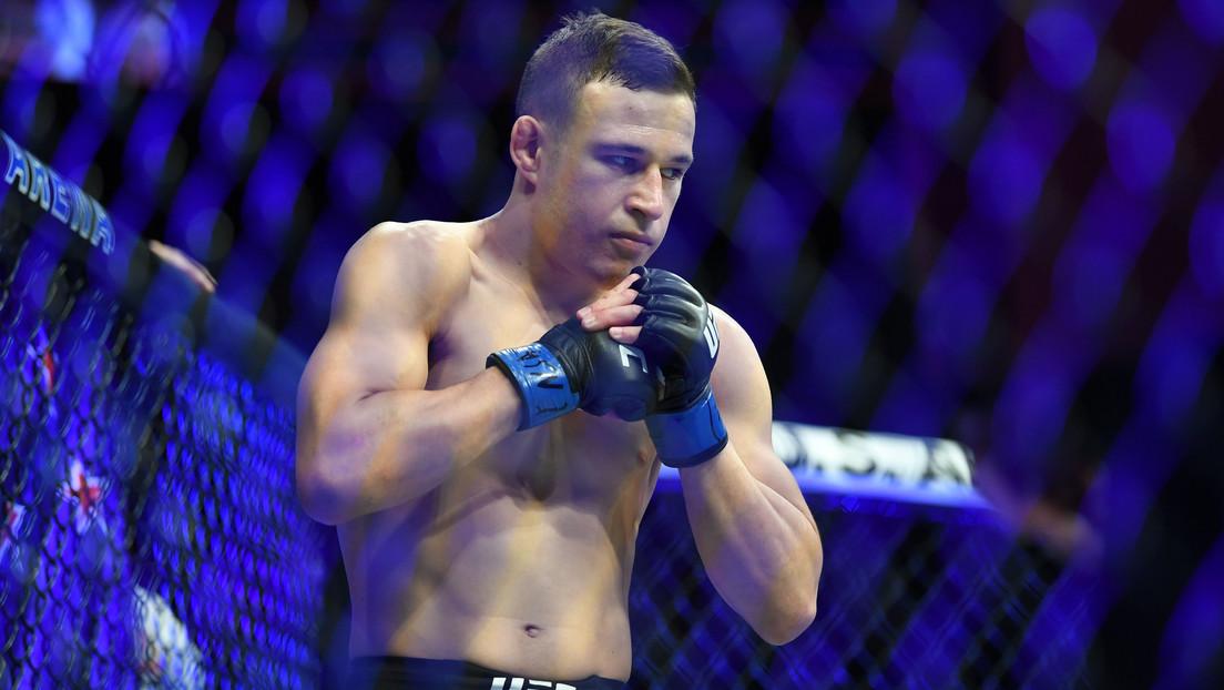 """""""¿Qué acaba de pasar?"""": Un luchador de MMA noquea a su rival, lo celebra e intenta seguir golpeándolo (VIDEOS)"""