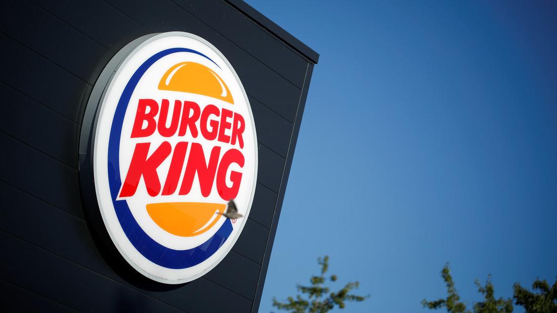 """Burger King tuitea que """"las mujeres pertenecen a la cocina"""" para promocionar una beca, es fuertemente criticado e incluso recibe una respuesta de KFC"""