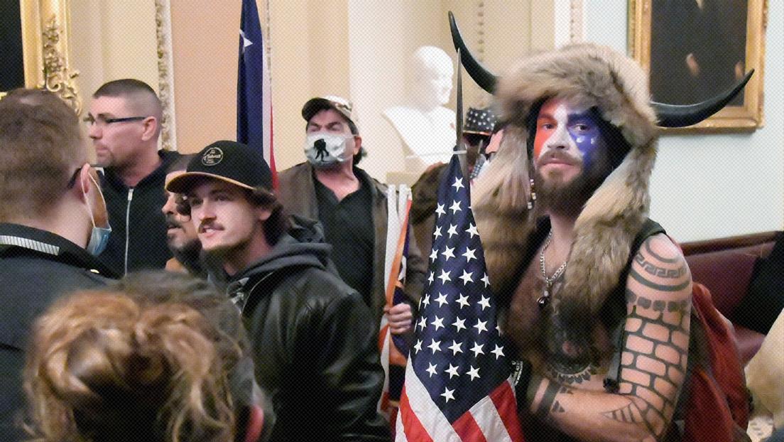 Dictaminan que el 'vikingo'  que asaltó el Capitolio permanezca en la cárcel a la espera del juicio