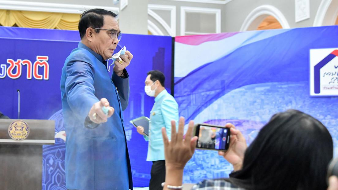 VIDEO: El primer ministro tailandés rocía con desinfectante de manos a periodistas para evitar preguntas incómodas