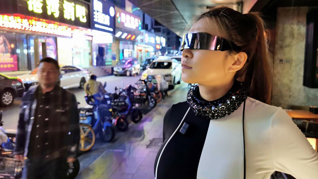 Una 'youtuber' crea un collar al estilo 'Cyberpunk' que bloquea los micrófonos e impide que la espíen