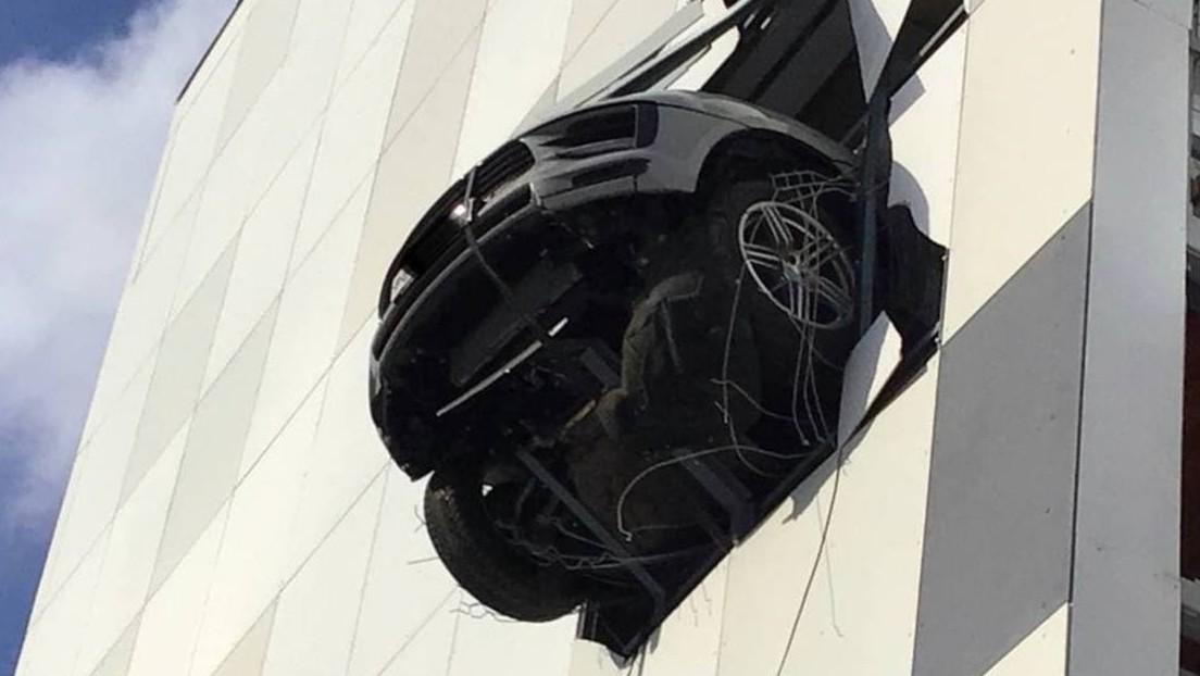 FOTO: Un Porsche atraviesa la pared de un 'parking' a varios pisos de altura y queda colgado en el aire