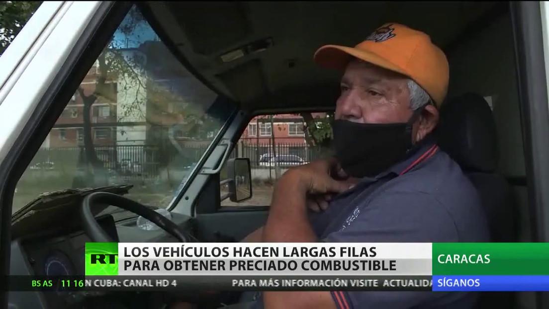 Vehículos hacen largas filas para obtener combustible en Venezuela