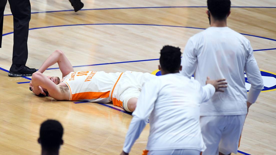 VIDEO: Un jugador de baloncesto deja con conmoción cerebral y fractura en la cara a un rival tras una dura agresión