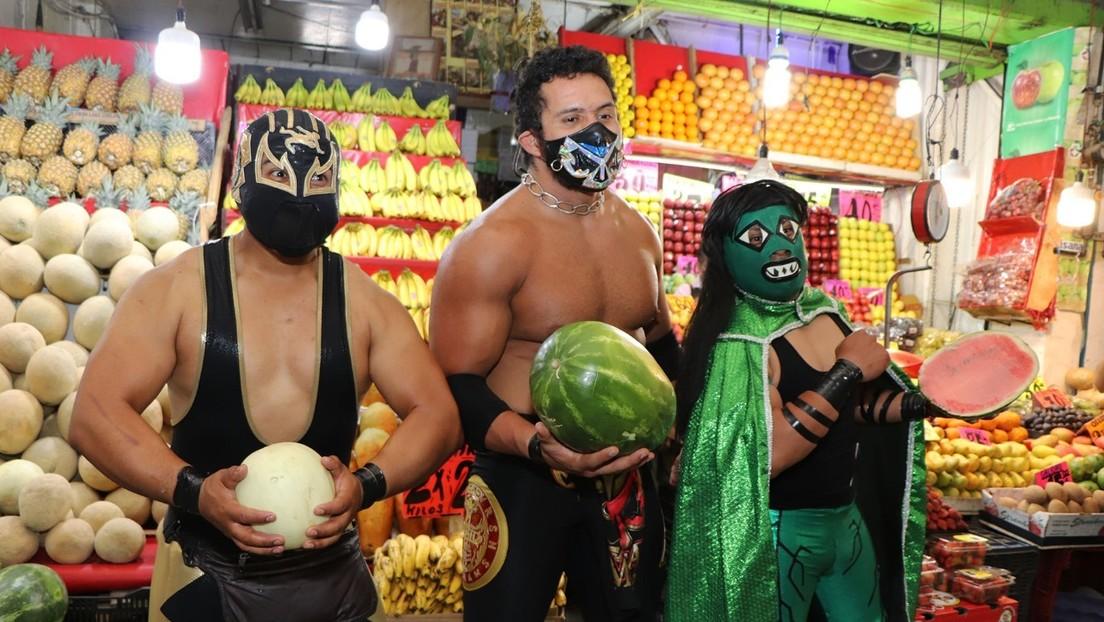 """""""Ponte la máscara"""": luchadores mexicanos salen para 'enmascarar por la fuerza' a personas en su lucha contra el covid-19"""