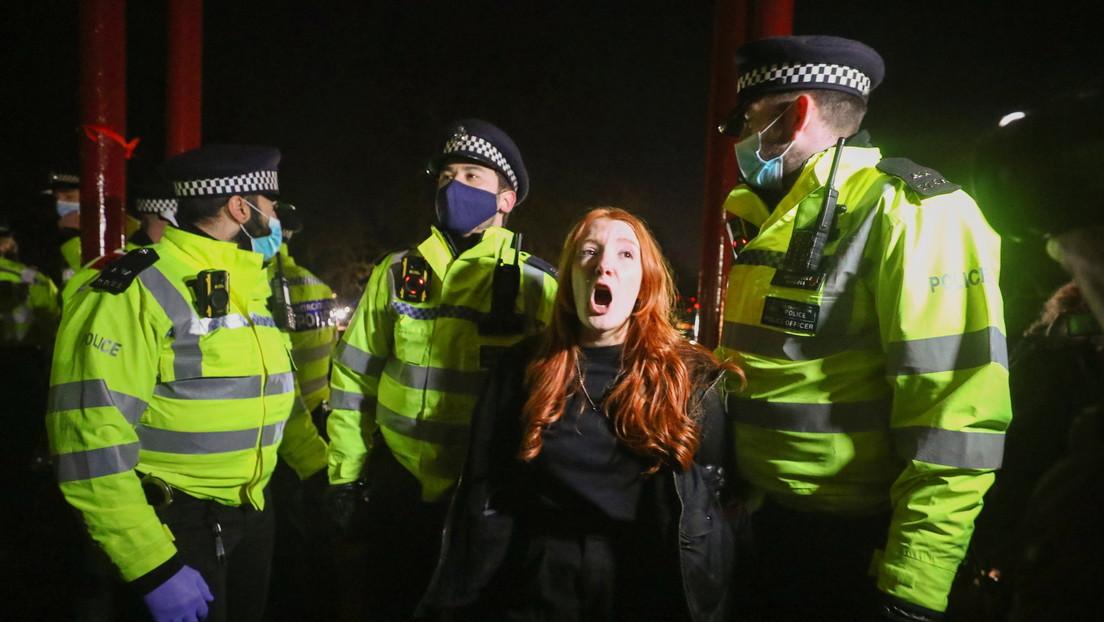 El secuestro y asesinato de Sarah Everard conmocionó al Reino Unido. La Policía dispersó violentamente la acción en su memoria
