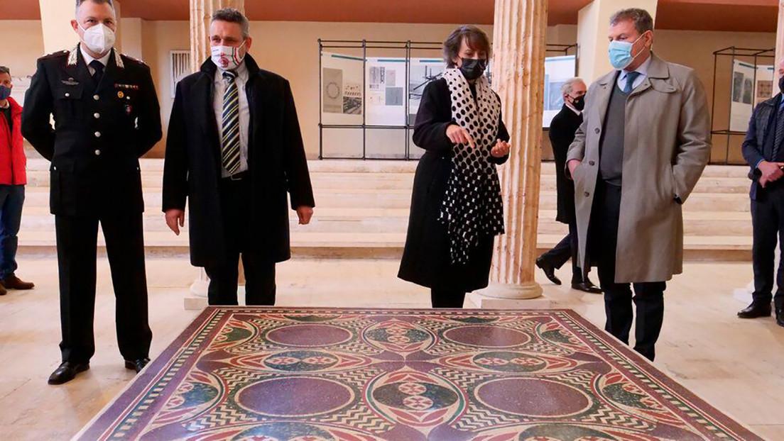 Descubre que su mesa de café durante más de 40 años es un mosaico perdido del emperador Calígula
