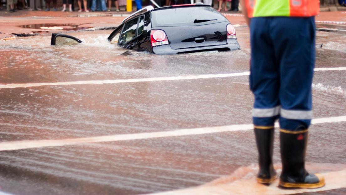VIDEO: Un sumidero 'se traga' un vehículo en Sudáfrica