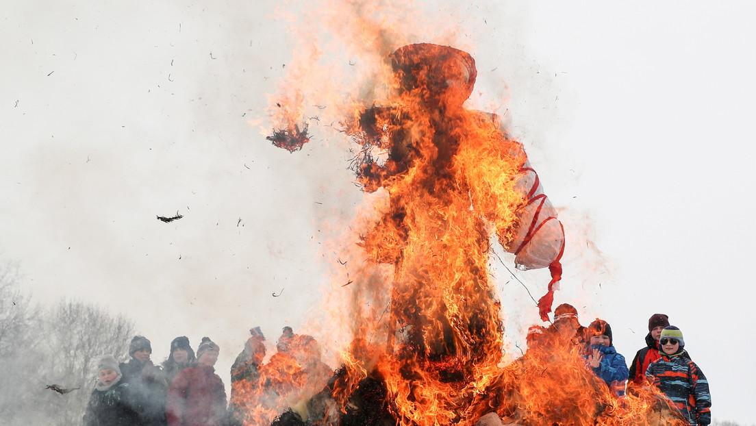 VIDEO: Un trabajador escapa 'por los pelos' de la explosión de un espantapájaros ardiente durante las festividades de la Máslenitsa