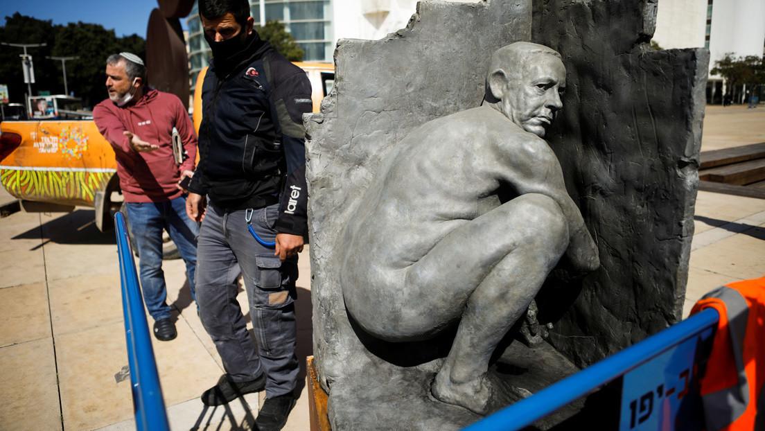 Aparece una estatua de Netanyahu desnudo y aparentemente defecando a pocos días de las elecciones en Israel (FOTOS)