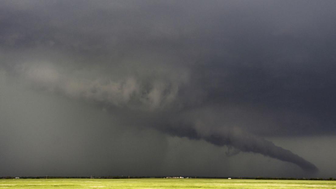 FOTOS, VIDEOS: Una ola de tornados azota el sur de EE.UU.