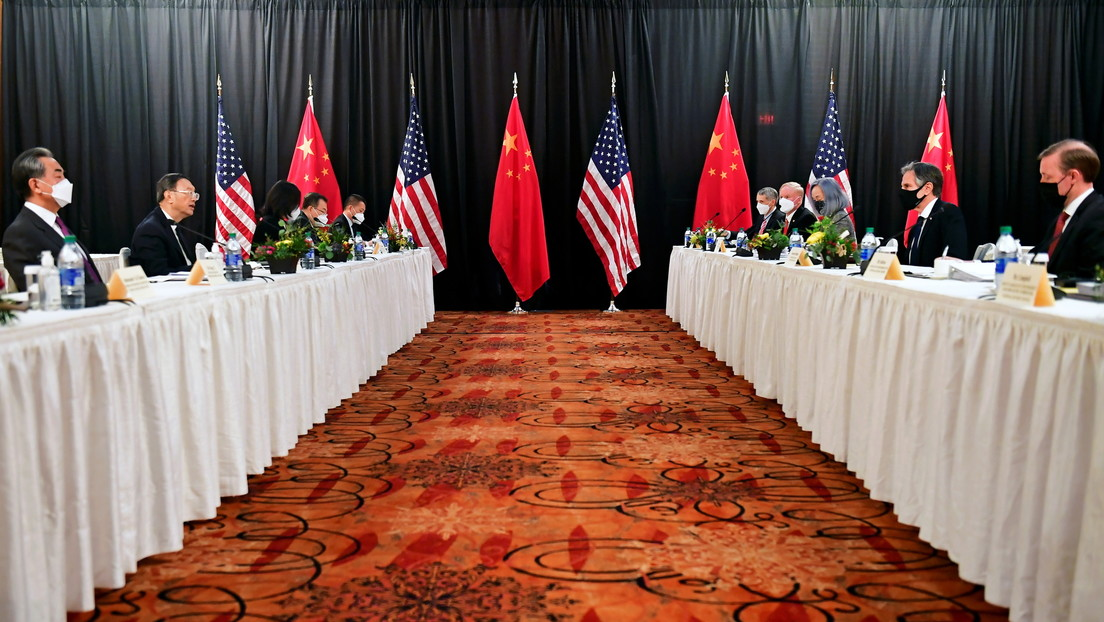 """Conversaciones en Alaska: EE.UU. acusa a China de """"amenazar el orden basado en reglas"""" y Pekín afirma que no se dejará """"estrangular"""""""