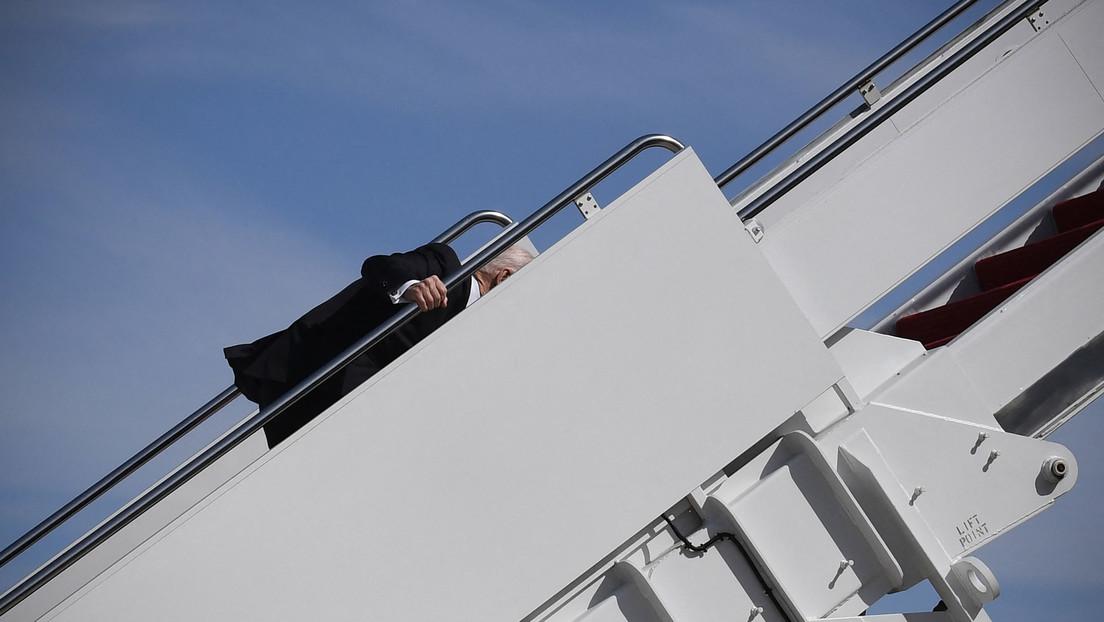 Biden tropieza varias veces y cae de rodillas mientras sube las escaleras del avión presidencial (VIDEO)