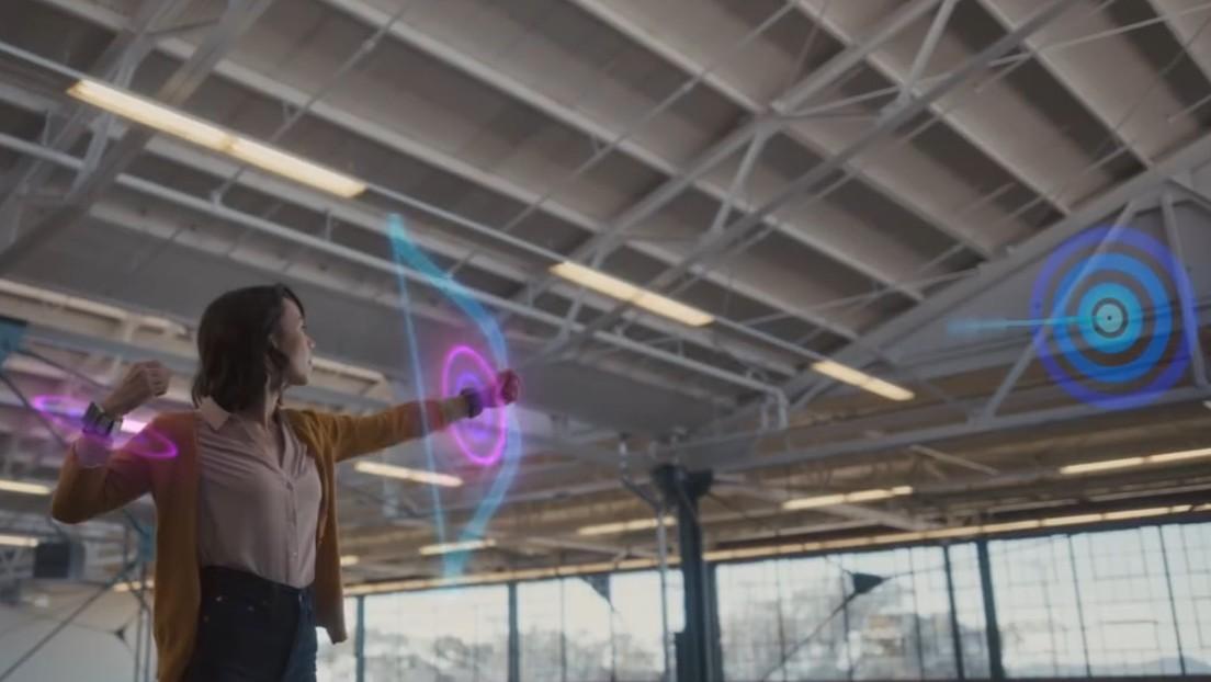 Facebook 'se saca de la manga' una pulsera que permitirá manejar la realidad aumentada (VIDEOS)