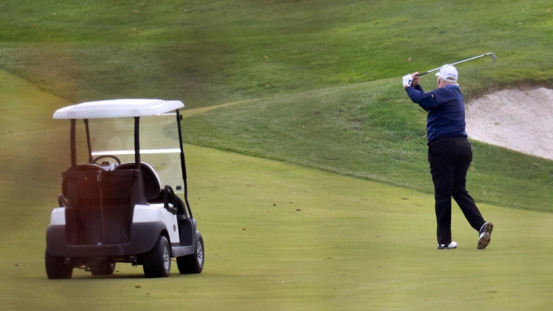 El hijo mayor de Trump se burla del traspié de Biden con un vídeo en el que su padre 'lo derriba' con pelotas de golf