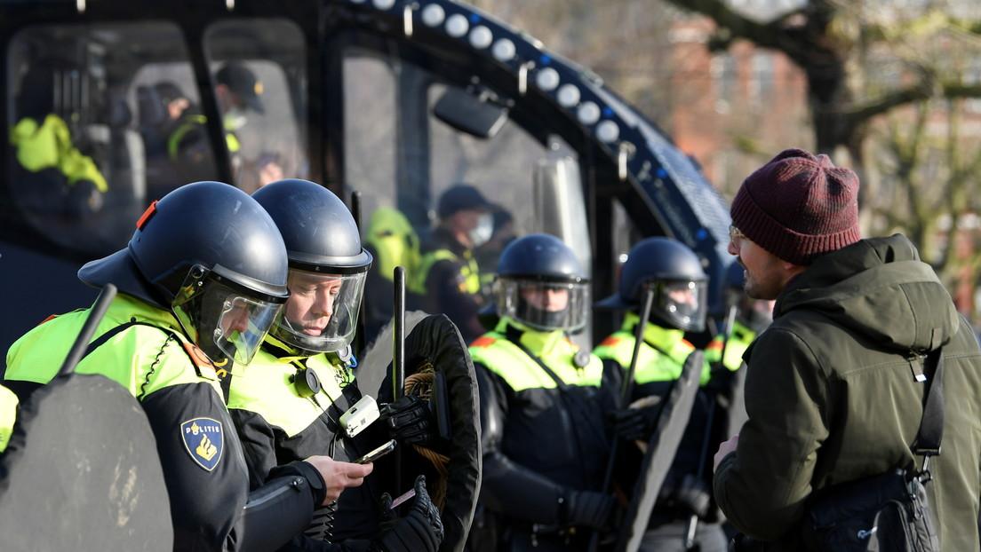La Policía de Ámsterdam usa cañones de agua para dispersar una protesta contra las restricciones del coronavirus (VIDEOS)