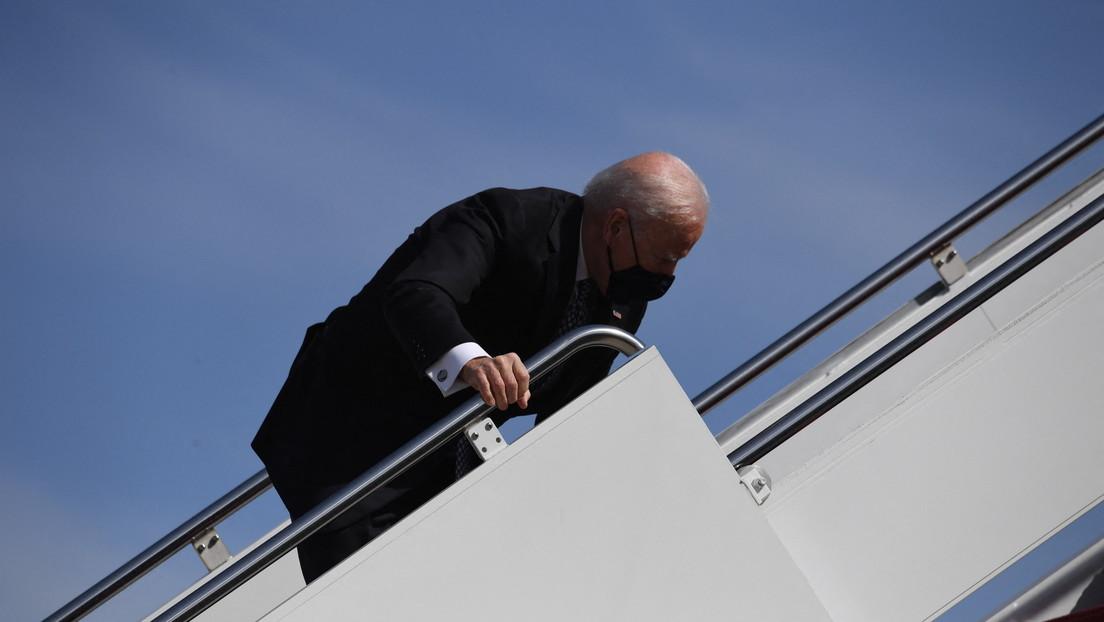 Del clima ventoso a la interferencia rusa: Los mejores memes sobre la caída de Biden en las escaleras del avión presidencial